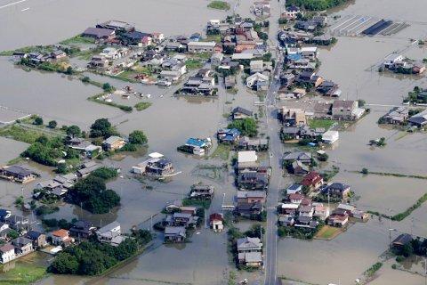 Et flyfoto viser et nabolag i nærheten av elven Chikugo, som har gått over sine bredder etter det kraftige regnværet. Foto: Kyodo News via AP / NTB scanpix
