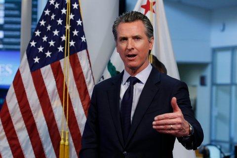 Guvernør Gavin Newsom skjerper korona-tiltakene i California og ber folk generelt skjerpe seg.