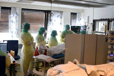 COVID-POSTEN: Vestre Viken HF har selv tatt bilder fra innsiden av covid-posten på Bærum sykehus som viser personale iført smittevernutstyr under behandling av koronasmittet pasient.