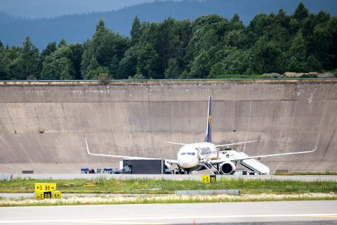Politiets bombegruppe undersøker flyet som mottok bombetrussel fredag. Foto: Annika Byrde / NTB scanpix