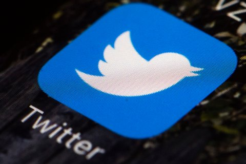TAR GREP: Twitter vil hindre QAnon-tilhengere i å dele konspirasjonsteorier og nettsider knyttet til den uformelle bevegelsen.