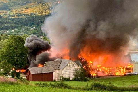 BRANN:Flere hundre griser mistet livet da en låve og en annen driftsbygning brant ned ved Tretten i Øyer i Gudbrandsdalen. Foto: Privat / NTB scanpix