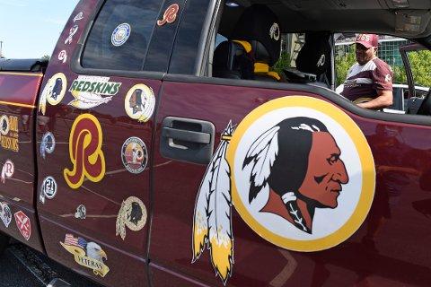 Både logoen og navnet til NFL-klubben som i 87 år har hett Washington Redskins vil bli endret. Inntil videre skal klubben kjennes som Washington Football Team. Foto: Susan Walsh, AP / NTB scanpix