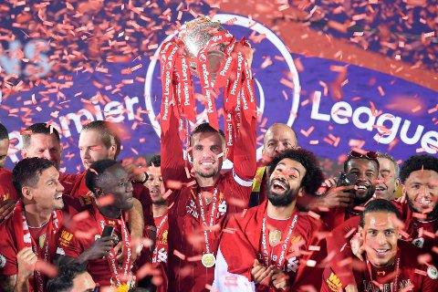 GULLGLIS: Jordan Henderson (midten) fikk nylig æren av å løfte Premier League-trofeet. Nå har Liverpool-kapteinen fått mer å feire.