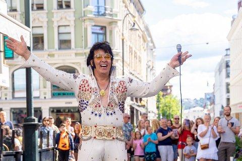 En sliten Kjell Elvis kunne lørdag morgen juble etter at han nådde målet om å synge Elvis-låter i 50 timer og 50 minutter. Allerede i 3-tiden natt til lørdag hadde han satt ny verdensrekord i Elvis-synging. Foto: Fredrik Hagen / NTB scanpix