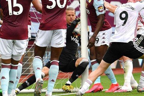 HELT AVGJØRENDE: Teknologien på målstreken fanget ikke opp at Ørjan Nyland tok med seg ballen i mål mot Sheffield United.