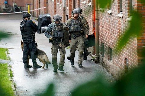 Store politistyrker rykket ut etter at en mann ble skutt i en leilighet i Oslo på tirsdag. Foto: Fredrik Hagen / NTB scanpix