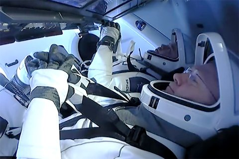Doug Hurley og Bob Behnken avbildet under forberedelsene på hjemkomst. Foto: SpaceX via AP / NTB scanpix
