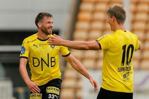 Lillestrøms Aleksander Melgalvis (t.v) jubler sammen med Thomas Lehne Olsen etter førstnevntes 1-0-scoring mot HamKam.