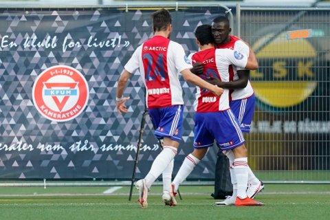 Alagie Sanyang (t.h.) jubler sammen med lagkameratene etter scoringen sin mot Lillestrøm.