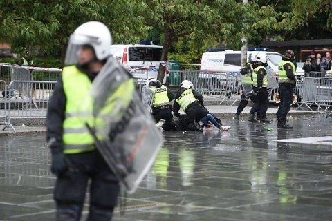 VOLDSBRUK: Politiet pågriper en av personene som angrep SIAN-lederen.
