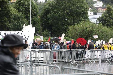 MOTDEMONSTRANTER: Bilde fra demonstrasjonen under en Sian-markeringen på Festplassen i Bergen lørdag.I en video NTB Scanpix tok opp under demonstrasjonen går det fram at angrepet på Sian-lederen skjedde rett etter at Sian-leder Lars Thorsen omtalte Muhammed som en «falsk profet».