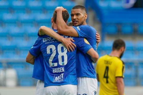 LANG REISE: Moldes Ohi Omoijuanfo og Kristoffer Haugen feirer en scoring mot finske KuPS i forrige runde. Mandag ble lagets motstander i tredje kvalifiseringsrunde trukket.