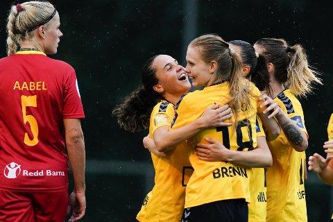 Lillestrøm-spillerne jubel etter Andrea Wilmanns scoring mot Røa. Vi tror de får mer å feire etter lørdagens kamp mot RBK.