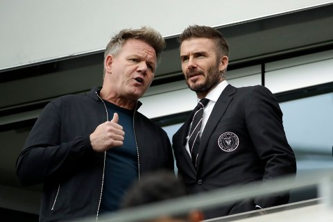 David Beckham og TV-kokken Gordon Ramsay prater sammen før MLS-kampen mellom Los Angeles FC og Inter Miami tidligere i år.
