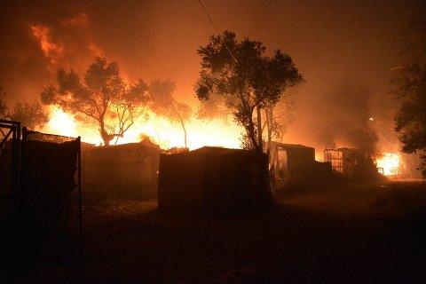 Flere branner rammet Moria-leiren på Lesvos natt til onsdag. Foto: Panagiotis Balaskas / AP / NTB scanpix
