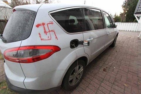 """Natt til 6. desember 2018 ble ordet """"rasisit"""" tagget på boligen til daværende justisminister Tor Mikkel Wara. Det ble også tagget """"rasist"""" på panseret på bilen og et hakekors på bilen."""