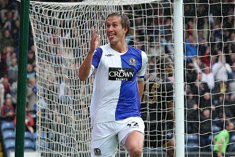 Morten Gamst Pedersen jubler etter å ha scoret mot Portsmouth i Premier League. 39-åringen har denne sesongen scoret fem ganger for Alta i 2. divisjon.