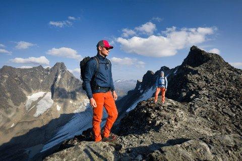 En god bukse er viktig for å holde komforten på topp når du er ute på tur. Buksa på bildet er Falketind fra Norrøna, som du finner lenger nede i artikkelen.