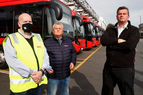 LO-PAMPER PÅ STREIKEVAKT: Hans-Christian Gabrielsen (t.h.) og Jørn Eggum møter streikende bussarbeidere. Begge tjener tre ganger så mye som sine medlemmer.Foto: Terje Pedersen / NTB