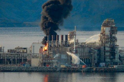 Det brøt mandag ettermiddag ut brann i produksjonsanleggene på Melkøya utenfor Hammerfest. Foto: Bjarne Haldorsen / NTB
