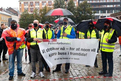 Yrkestrafikkforbundet, Fellesforbundet, Norsk Jernbaneforbund og Fagforbundet hadde torsdag en felles markering på Youngstorget for de streikende bussjåførene. Foto: Terje Bendiksby / NTB