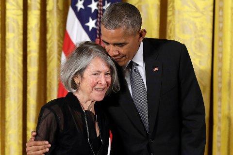 Nobelprisvinner Louise Glück i 2016 sammen med USAs daværende president Barack Obama. Foto: Carolyn Kaster / AP / NTB