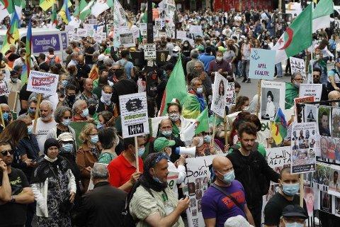 Demonstrasjon i Paris juli 2020 med støtte til Algeries opposisjonsbevegelse Hirak.