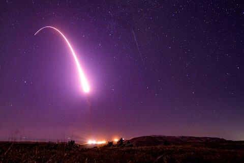 En testutskyting i California i USA av en langtrekkende rakett som kan frakte atomvåpen i oktober 2019. Foto: J.T. Armstrong / U.S. Air Force via AP / NTB