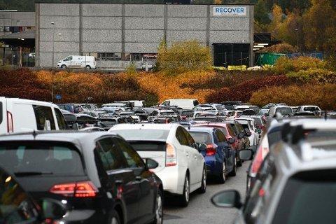KØ: Allerede før testingen startet, var alle de fire køsporene fulle av biler ved teststasjonen i Fyllingsdalen. Foto: AGNIESZKA IWANSKA (BERGENSAVISEN)