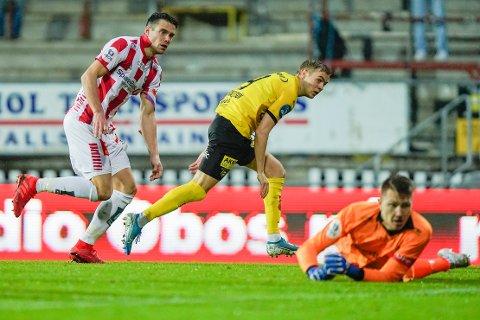 EFFEKTIVT: Tryggvi Haraldsson økte til 3-0 for Lillestrøm på den første målsjansen etter pause, og gjorde jobben med å slå tilbake enda verre for Simen Wangberg og Tromsø.