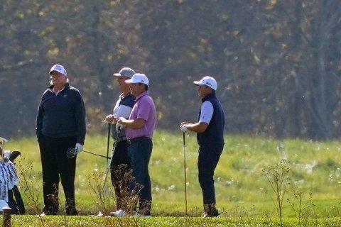 Donald Trump (t.v.), her på golfbanen lørdag, gjør alt han kan for å sabotere overgangen til et nytt presidentembete, selv om det kan sette USA i fare.