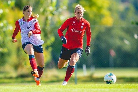 Elise Thorsnes (til høyre) scoret det eneste målet i tirsdagens cupkvartfinale da Avaldsnes slo Arna-Bjørnar, men en dommerfeil på overtid kan føre til at kampen måt spilles igjen. Foto: Stian Lysberg Solum / NTB.