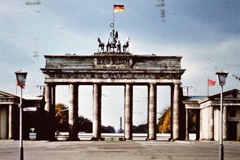 DDR-fanen vaier over Brandenburg Tor.