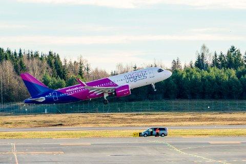 Wizz Air begynte å fly innenriks i Norge torsdag i forrige uke. Hittil er fem besetningsmedlemmer i Norge bekreftet smittet av koronaviruset.