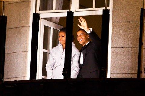 I OSLO: Barack Obama og Michelle Obama vinker fra Grand Hotel i Oslo i forbindelse med utdelingen av Nobels fredspris 2009