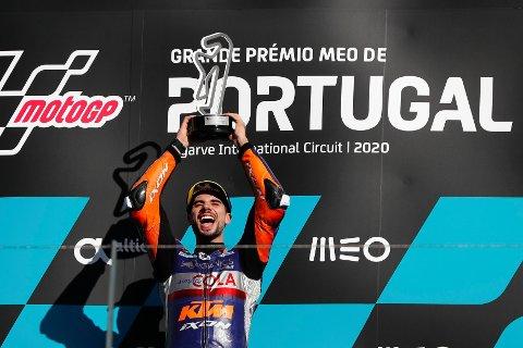 Miguel Oliveira jubler etter å ha vunnet sesongens siste MotoGP-løp på hjemmebane i Portugal. Foto: Armando Franca, AP / NTB