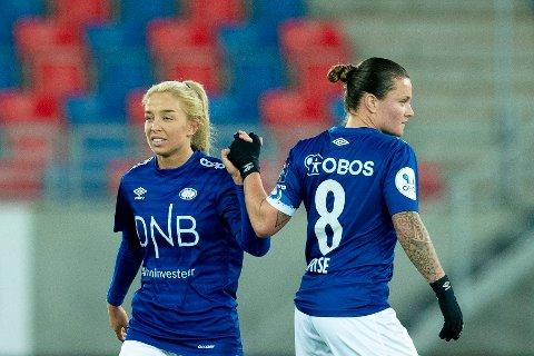 Det blir ingen cupfinale på Ullevaal som opprinnelig planlagt mot LSK Kvinner for Vålerengas Rikke Bogetveit Nygård (t.v.) og Sherida Spitse. Foto: Fredrik Hagen / NTB