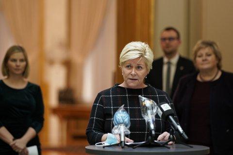 Siv Jensen og lederne for de tre regjeringspartiene presenterte budsjettenigheten på Stortinget tirsdag kveld. Foto: Stian Lysberg Solum / NTB