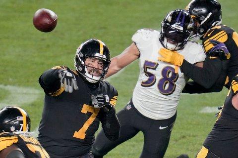 Quarterback Ben Roethlisberger og Pittsburgh Steelers tok sin 11. strake seier i den koronautsatte kampen mot Baltimore Ravens. NFL er hardt rammet av koronaviruset, men bestemt på å fullføre sesongen. Foto: Gene J. Puskar, AP / NTB