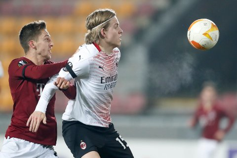 Jens Petter Hauge (t.h.) i duell med Sparta Prahas Tomas Wiesner. Nordmannen scoret kampens eneste mål da Milan vant 1-0 i europaligaen. Foto: Petr David Josek / AP / NTB