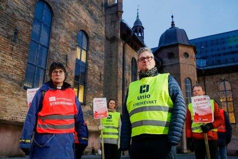 PRESTER I STREIK: Prestene streiker for høyere lønn - men mister stadig flere medlemmer. Her Heinke Foertsch , fungerende nestleder for Fagforbundet teoLOgene og leder i Presteforeningen, Martin Enstad, som er streikevakter utenfor Oslo Domkirke.