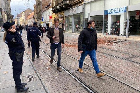 Det brøt ut panikk i Zagrebs gater da jordskjelvet rammet tirsdag, og også i hovedstaden er det skader på bygninger. I Petrinja lenger sør er det meldt om dødsfall og at store deler av sentrum er totalskadd. Foto: Filip Horvat/AP/NTB