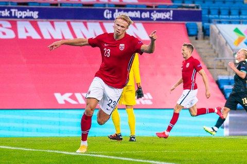 Erling Braut Haaland jubler etter å ha scoret for landslaget. Hans scoringsrush i 2020 ga ham en rekke priser, nå også sportsjournalistenes statuett. Foto: Stian Lysberg Solum / NTB