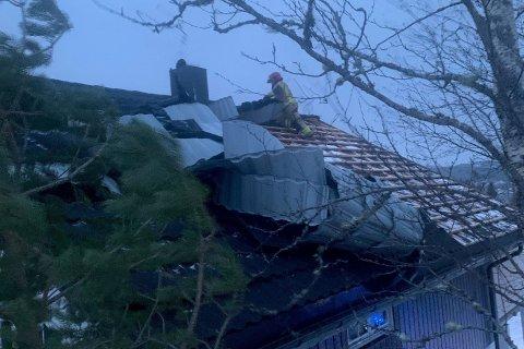 Brannvesenet er i Ramsvikskogen og sikrer taket på ett hus hvor takplater har løsnet, skriver brannvesenet i Namdal.