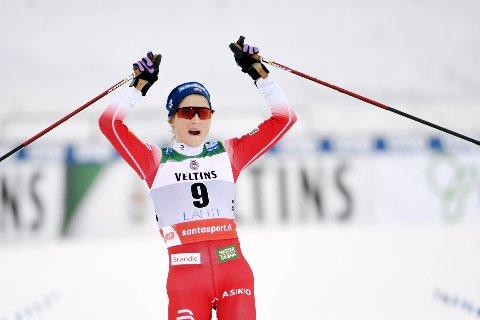 SEIERSGEST: Therese Johaug passerte målstreken i Lahti til en ventet og klar seier på lørdagens 15 kilometer skiathlon.
