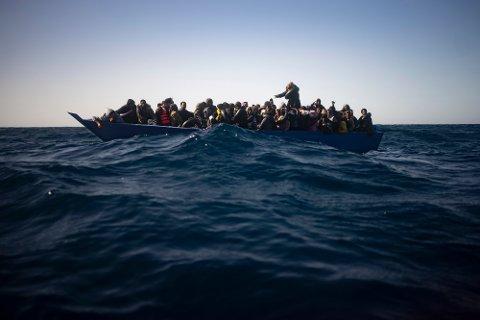 Migranter og flyktninger fra Eritrea, Egypt, Syria og Sudan ble reddet av et redningsskip fra den spanske hjelpeorganisasjonen Open Arms utenfor Libya 2. januar. Nå skal Ocean Viking være det eneste redningsskipet i området. Arkivfoto: Joan Mateu / AP / NTB