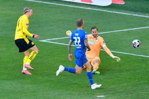 STANSET: Hoffenheims keeper og kaptein, Olivier Baumann, vant den første duellen med Erling Braut Haaland i lørdagens bundesligakamp i Dortmund.