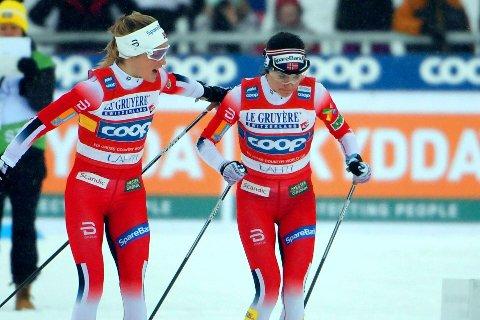 NORMALT STERKE: Therese Johaug og Heidi Weng har fortsatt med gode stafettopplevelser i verdenscupen, selv om Sverige slo dem i 2019-VM. Dette bildet er fra stafetten i Lahti forrige sesong,