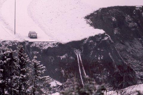 Bildet av den enslige bilen med nødblinken på ble vist i flere medier etter raset 30. desember. Mandag ble bilen omsider fjernet. Foto: Fredrik Hagen / NTB